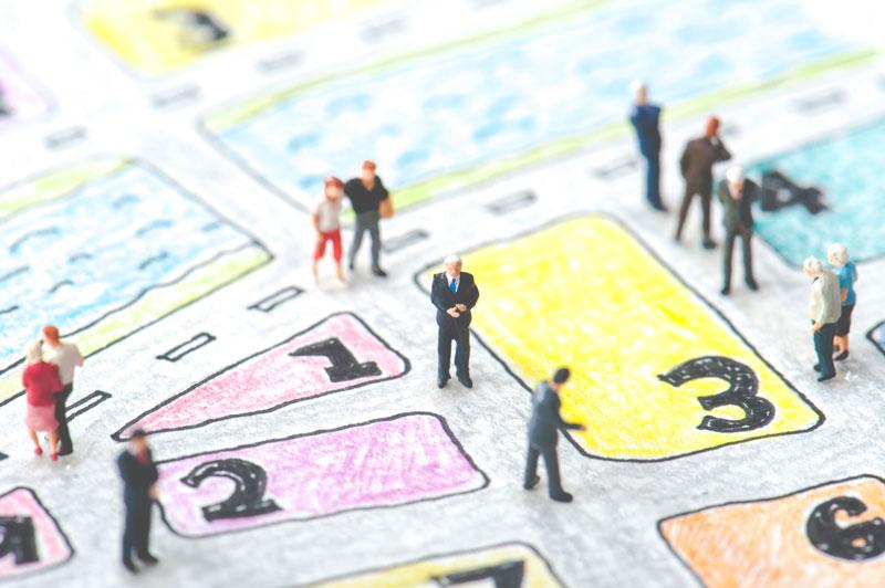 Personnages sur un plan de rue